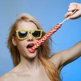 Αστεία χαμογελώντας νέα γυναίκα στα γυαλιά ηλίου στοκ εικόνες με δικαίωμα ελεύθερης χρήσης