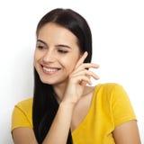 Αστεία χαριτωμένη χαμογελώντας γυναίκα Γελώντας κορίτσι, όμορφο πρόσωπο κινηματογραφήσεων σε πρώτο πλάνο που απομονώνεται Στοκ Φωτογραφία