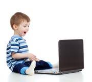 αστεία χρησιμοποίηση lap-top παιδιών Στοκ εικόνα με δικαίωμα ελεύθερης χρήσης