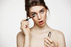 Αστεία όμορφη χρωστική ουσία κοριτσιών eyelashes με το ανοιγμένο στόμα που εξετάζει τη κάμερα πέρα από το άσπρο υπόβαθρο Υγεία ομ Στοκ εικόνα με δικαίωμα ελεύθερης χρήσης