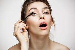 Αστεία όμορφη χρωστική ουσία κοριτσιών eyelashes με το ανοιγμένο στόμα που εξετάζει τη κάμερα πέρα από το άσπρο υπόβαθρο Υγεία ομ Στοκ Εικόνες