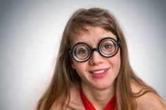 Αστεία geek ή nerd γυναίκα που απομονώνεται στο γκρίζο υπόβαθρο Στοκ φωτογραφίες με δικαίωμα ελεύθερης χρήσης