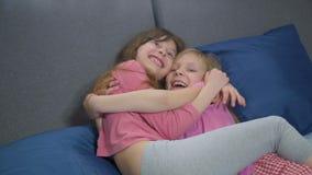 Αστείες αδελφές που γύρω στο κρεβάτι απόθεμα βίντεο