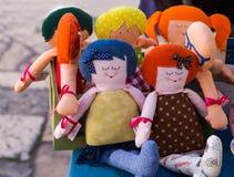 Αστείες ζωηρόχρωμες κούκλες στην πώληση Στοκ Φωτογραφία