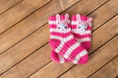 Αστείες κάλτσες μωρών στο υπόβαθρο του ξύλινου πίνακα στοκ φωτογραφία