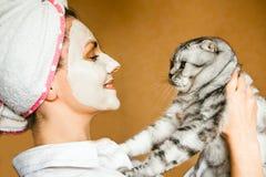 Αστείες καλλυντικές μάσκα γυναικών και κινηματογράφηση σε πρώτο πλάνο γυαλιών Στοκ εικόνες με δικαίωμα ελεύθερης χρήσης