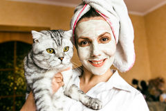 Αστείες καλλυντικές μάσκα γυναικών και κινηματογράφηση σε πρώτο πλάνο γυαλιών Στοκ φωτογραφία με δικαίωμα ελεύθερης χρήσης