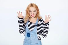 Αστείες πράξεις κοριτσιών ως κακή γάτα Στοκ Εικόνες