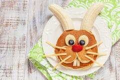 Αστείες τηγανίτες λαγουδάκι Πάσχας με τα φρούτα Στοκ Φωτογραφίες
