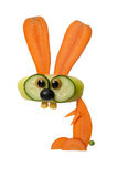 Αστείοι λαγοί φιαγμένοι από καρότο και πιπέρι στο άσπρο υπόβαθρο Στοκ φωτογραφία με δικαίωμα ελεύθερης χρήσης