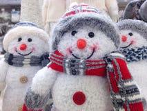Αστείοι δύο χιονάνθρωποι στο χειμερινό τοπίο Στοκ φωτογραφίες με δικαίωμα ελεύθερης χρήσης