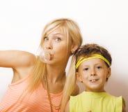 Αστείοι μητέρα και γιος με τη γόμμα φυσαλίδων Στοκ Φωτογραφίες