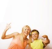 Αστείοι μητέρα και γιος με τη γόμμα φυσαλίδων Στοκ Εικόνες