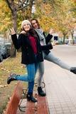 Αστείοι φίλοι κοριτσιών που θέτουν με το σημάδι νίκης Στοκ εικόνα με δικαίωμα ελεύθερης χρήσης
