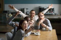 Αστείοι χιλιετείς φίλοι που παίρνουν την ομάδα selfie σχετικά με το smartphone στο ασβέστιο Στοκ Εικόνες