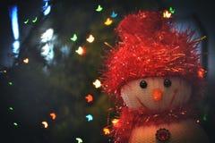 Αστείοι χιονάνθρωπος και χριστουγεννιάτικο δέντρο Στοκ Φωτογραφίες