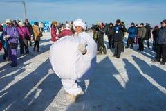Αστείοι χοροί στη χειμερινή διασκέδαση φεστιβάλ σε Uglich, 10 02 2018 μέσα Στοκ Εικόνες