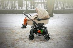 Αστείοι ύπνοι μικρών παιδιών στη μεταφορά μωρών Στοκ φωτογραφίες με δικαίωμα ελεύθερης χρήσης