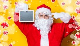 Αστείος Άγιος Βασίλης που κρατά το μαύρο πίνακα Στοκ Εικόνες