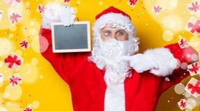 Αστείος Άγιος Βασίλης που κρατά το μαύρο πίνακα Στοκ φωτογραφίες με δικαίωμα ελεύθερης χρήσης