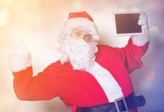 Αστείος Άγιος Βασίλης που κρατά το μαύρο πίνακα Στοκ φωτογραφία με δικαίωμα ελεύθερης χρήσης