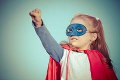 Αστείος έξοχος ήρωας δύναμης μικρών κοριτσιών παίζοντας Στοκ Φωτογραφίες