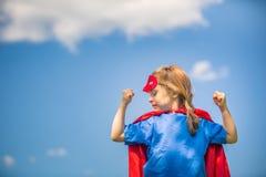 Αστείος έξοχος ήρωας δύναμης μικρών κοριτσιών παίζοντας Στοκ εικόνες με δικαίωμα ελεύθερης χρήσης