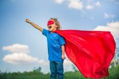 Αστείος έξοχος ήρωας δύναμης μικρών κοριτσιών παίζοντας Στοκ Εικόνες