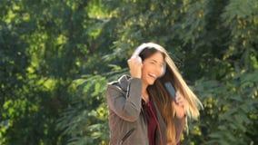 Αστείος έφηβος που ακούει το τραγούδι μουσικής σε ένα πάρκο απόθεμα βίντεο