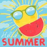 Αστείος ήλιος με τα γυαλιά και ένα ώριμο καρπούζι Τα γυαλιά ηλίου απεικονίζουν τη θάλασσα και τον ουρανό E απεικόνιση αποθεμάτων