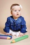 Αστείος λίγο μικρό παιδί με τα μεγάλα μολύβια στοκ φωτογραφία