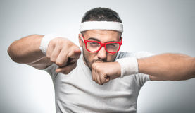 Αστείος αθλητής που δείχνει τη κάμερα Στοκ Εικόνες