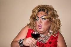 Αστείος δράστης παρωδίας Βασίλισσα έλξης και κόκκινο κρασί Συναισθήματα και συγκινήσεις Στοκ Εικόνες