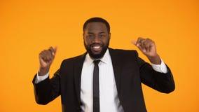 Αστείος επιχειρηματίας αφροαμερικάνων που χορεύει, επιτυχής διαπραγμάτευση, πλούσιο προκλητικό άτομο απόθεμα βίντεο