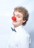 Αστείος επιχειρηματίας με τον κόκκινο πυροβολισμό στούντιο μύτης κλόουν. Στοκ εικόνα με δικαίωμα ελεύθερης χρήσης