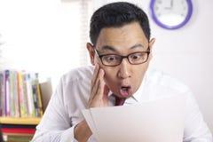 Αστείος επιχειρηματίας που συγκλονίζεται με το ανοικτό στόμα στοκ εικόνες