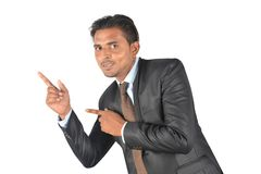 Αστείος επιχειρηματίας στη μαύρη παρουσίαση κοστουμιών Στοκ Φωτογραφία