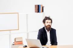 Αστείος επιχειρηματίας στο γραφείο γραφείων Στοκ Εικόνες