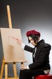 Αστείος καλλιτέχνης στο σκοτεινό στούντιο στοκ φωτογραφία με δικαίωμα ελεύθερης χρήσης