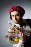 Αστείος καλλιτέχνης στο σκοτεινό στούντιο Στοκ Εικόνα