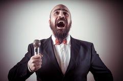 Αστείος κομψός τραγουδιστής γενειοφόρος Στοκ Φωτογραφίες