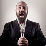Αστείος κομψός τραγουδιστής γενειοφόρος Στοκ Εικόνες