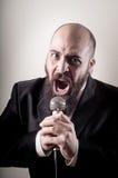 Αστείος κομψός τραγουδιστής γενειοφόρος Στοκ εικόνες με δικαίωμα ελεύθερης χρήσης