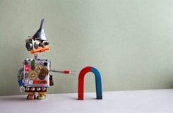 Αστείος κόκκινος μπλε πεταλοειδής μαγνήτης ρομπότ Δημιουργική χοάνη χοανών παιχνιδιών σχεδίου, ασημένιο μεταλλικό σώμα εργαλείων  Στοκ φωτογραφία με δικαίωμα ελεύθερης χρήσης