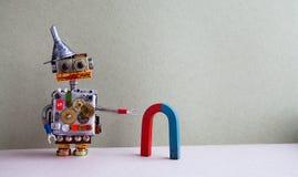 Αστείος κόκκινος μπλε πεταλοειδής μαγνήτης ρομπότ Το δημιουργικό παιχνίδι σχεδίου με τη χοάνη χοανών μετάλλων, εργαλεία ροδών βαρ Στοκ Εικόνες