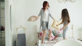 Αστείος λίγη κόρη και νέα μαξιλάρια πάλης μητέρων και στο κρεβάτι ενώ έχει τη διασκέδαση στην άνετη κρεβατοκάμαρα κατά τη διάρκει απόθεμα βίντεο