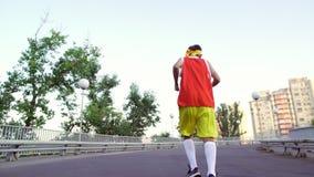 Αστείος λεπτός τύπος αθλητικών ενδυμάτων απόθεμα βίντεο
