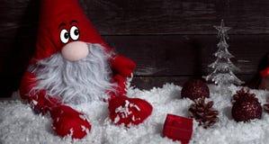 Αστείος νάνος Χριστουγέννων στο χιόνι με τα Χριστούγεννα διακοσμητικά Στοκ Εικόνες