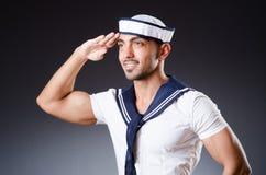 Αστείος ναυτικός με την ΚΑΠ και το πουκάμισο στοκ εικόνες