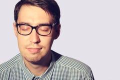 Αστείος νεαρός άνδρας που φορά τα γυαλιά με τις ιδιαίτερες προσοχές Στοκ Εικόνες